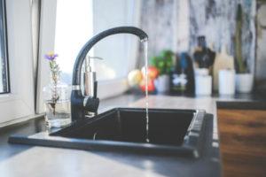 Odcięcie mediów np. wody lokatorom mieszkania może stanowić przestępstwo.