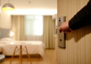 Właściciel mieszkania może być sprawcą przestępstwa naruszenia miru domowego.